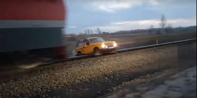 Поезд протаранил застрявшую на путях НИВУ