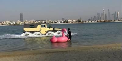 Русский «Шаман» в компании с розовым фламинго произвел фурор на дубайском пляже