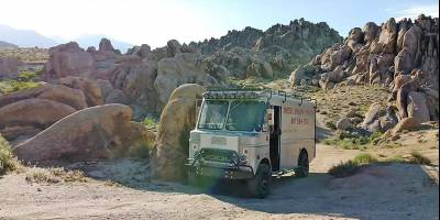 Заядлый американский автотурист строит внедорожный кемпер из винтажного почтового фургона
