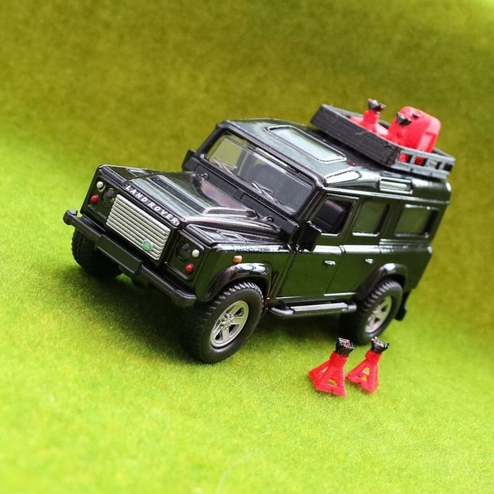 Модель LAND ROVER DEFENDER 110 1:32 с домкратами и канистрами